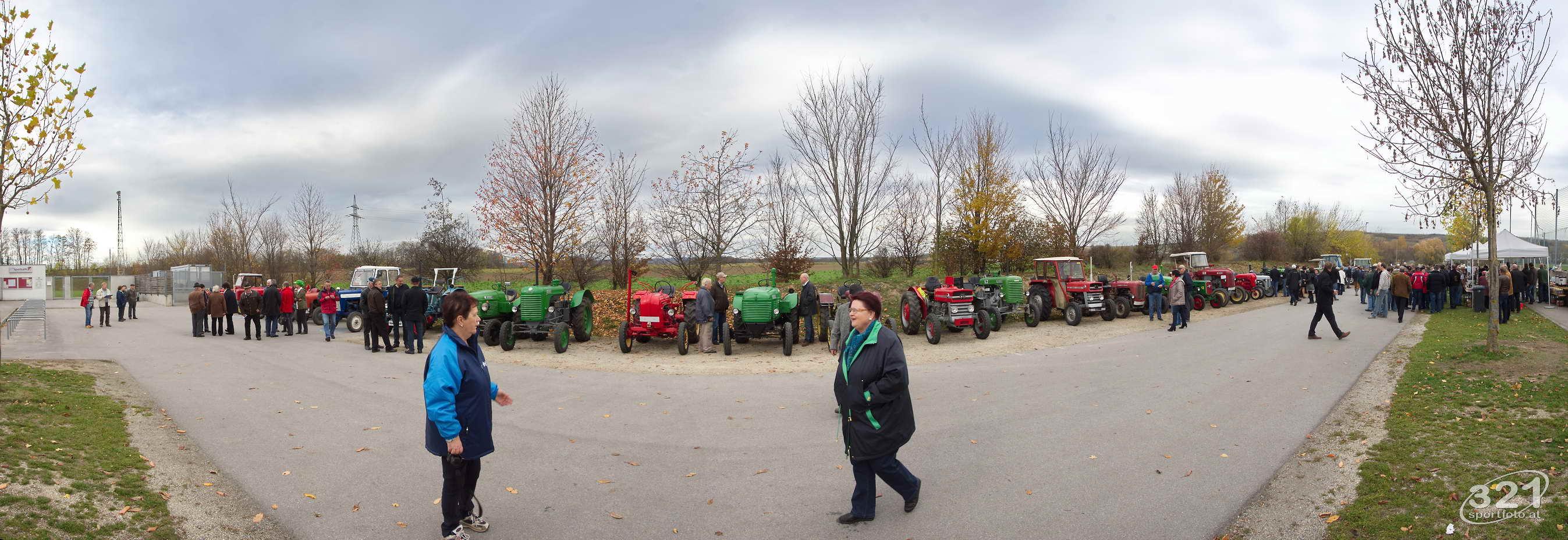 """11.11.2012:  Das 23. Traktorrennen startete wieder pünktlich zum Faschingsbeginn um 11:11 """"In Wiesen"""" am Sportplatz Wolkersdorf."""