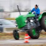 """Das 25. Traktorrennen startete wieder pünktlich zum Faschingsbeginn um 11:11 """"In Wiesen"""" am Sportplatz Wolkersdorf. Trotz Kälte und etwas Nebel kamen zahlreiche Besucher um die 19 Traktoren in Action zu sehen. Ungewollte Action gab es für einen Teilnehmer, dem in einer Kurve der Traktor gefährlich zu kippen begann. Geistesgegenwärtig sprang er sofort ab. Leider fuhr der Traktor mit voller Geschwindigkeit unkontrolliert Richtung Straße, wo ein Polizeiauto parkte. Zum Glück stoppte ihn ein dazwischen stehender Baum. Ein Polizeibeamter stoppte sofort den Motor. Zum Glück  hält sich der Schaden in Grenzen. Der Baum wurde händisch wieder aufgerichtet und am Traktor ist ein Scheinwerfer kaputt."""